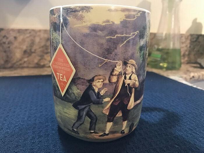 Кружка с петелькой, которая не дает ярлыку от чайного пакета упасть в чашку - и вписывает его в картинку, превращая в воздушного змея