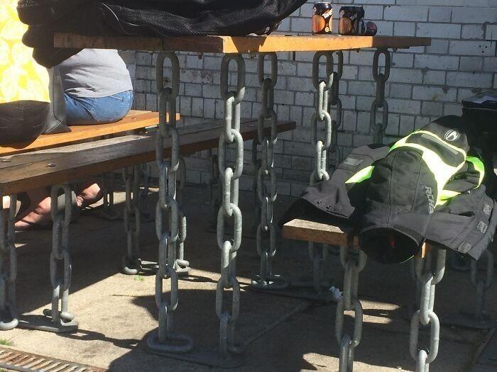 Стол в уличном кафе, отрицающий гравитацию
