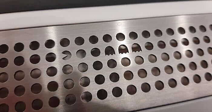 На вентиляционной решетке в метро Стокгольма прячутся мадленькие сюрпризы - их можно искать по пути, чтобы ехать было не так скучно