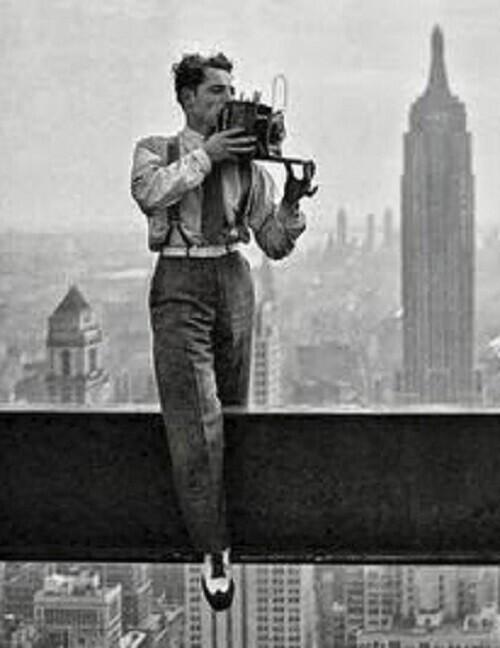 Фото рабочих, обедающих на балке строящегося небоскреба, видели все. А вот как фотограф сделал знаменитый снимок этих рабочих
