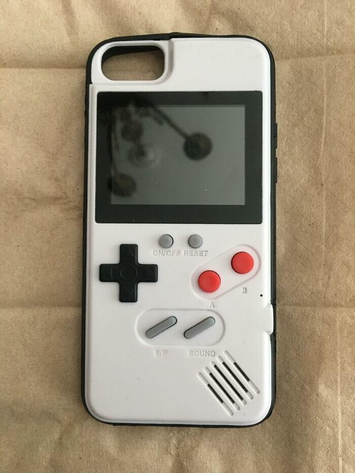 2. Чехол для телефона с работающим Game Boy