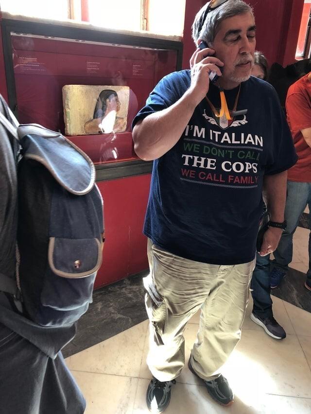 """Надпись на футболке: """"Я - итальянец. Мы не звоним полицейским, мы звоним семье"""""""