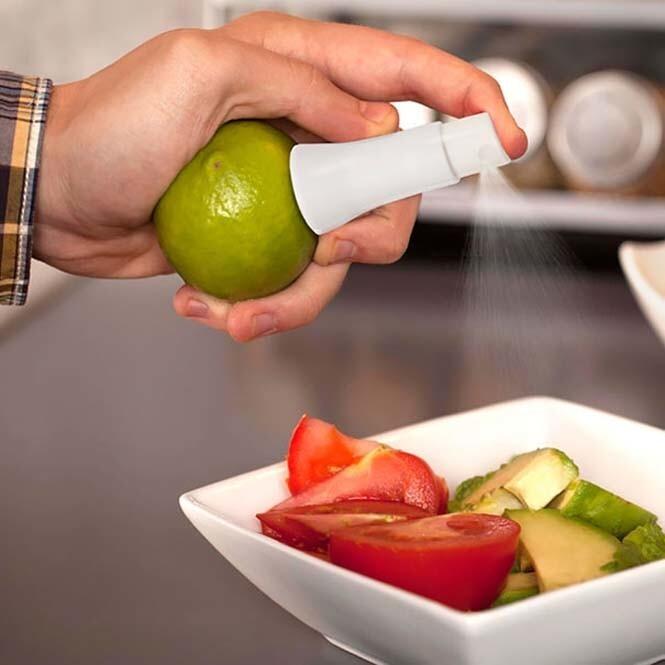 С помощью этого нехитрого прибора, очень удобно брызгать лимонный сок