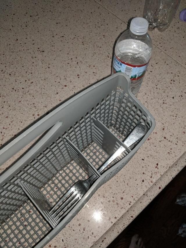 Посудомойка что-то скрывает