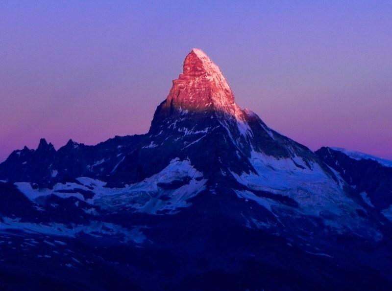 Иногда снежные вершины становятся розовыми