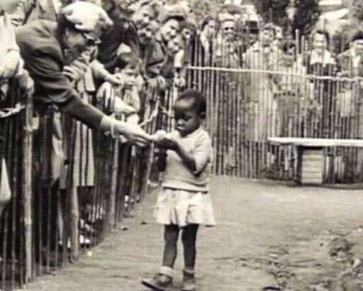 Негритянская девочка в вольере человеческого зоопарка. Брюссель. Бельгия. 1958 год
