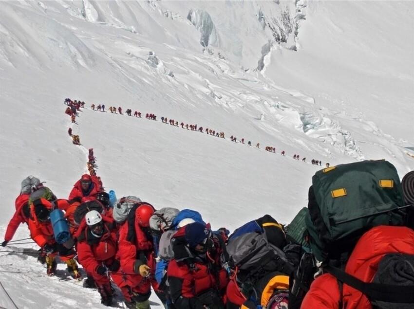 Люди, поднимающиеся на Эверест, май 2013 года