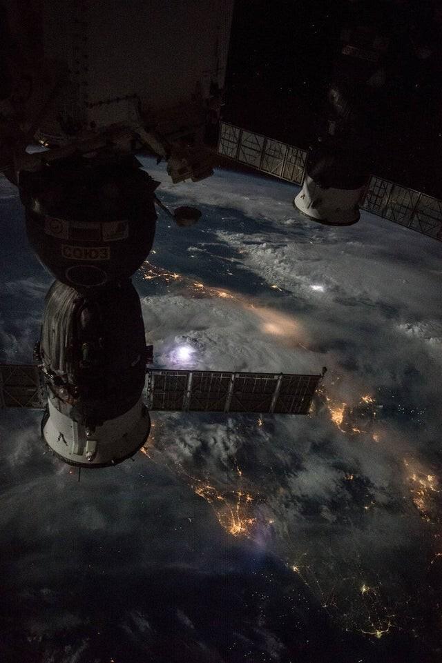 Земля во время штормовой ночи, вид с Международной космической станции