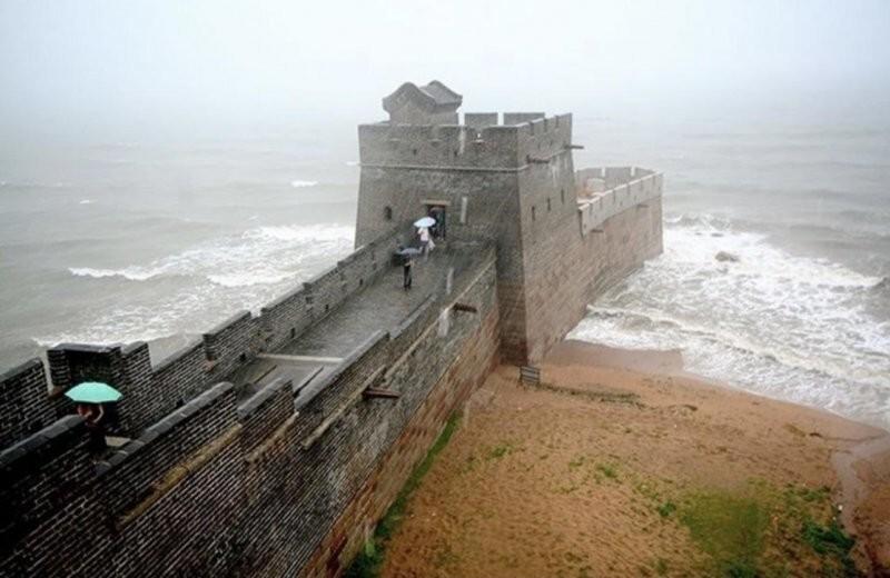 """Район Шаньхайгуань, где Великая Китайская стена начинается прямо на берегу Жёлтого моря. Её назвали - """"Голова старого дракона"""""""