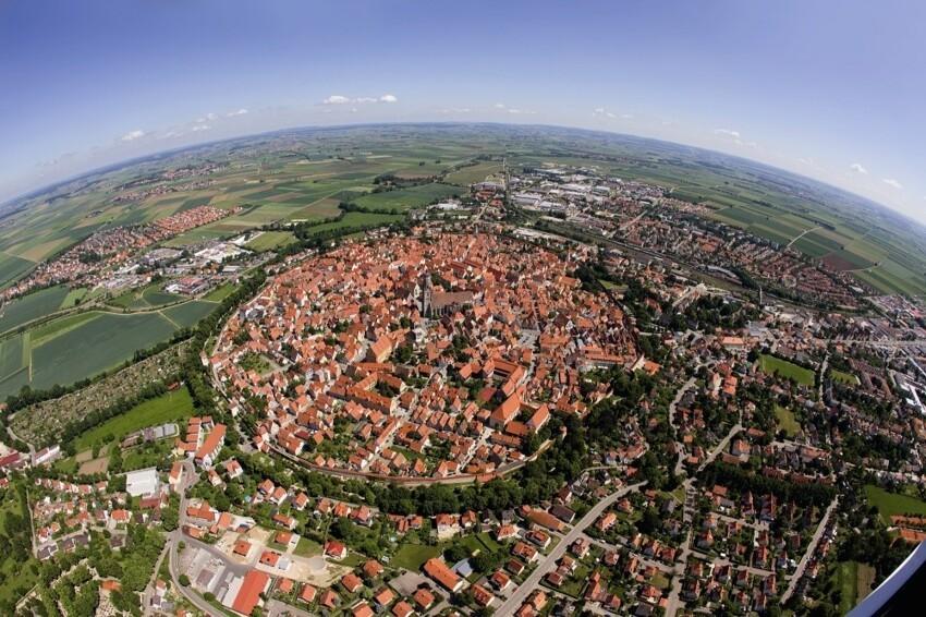 Баварский город Нердлинген, построенный внутри кратера, образованного метеоритом, упавшим на Землю около 14 миллионов лет назад