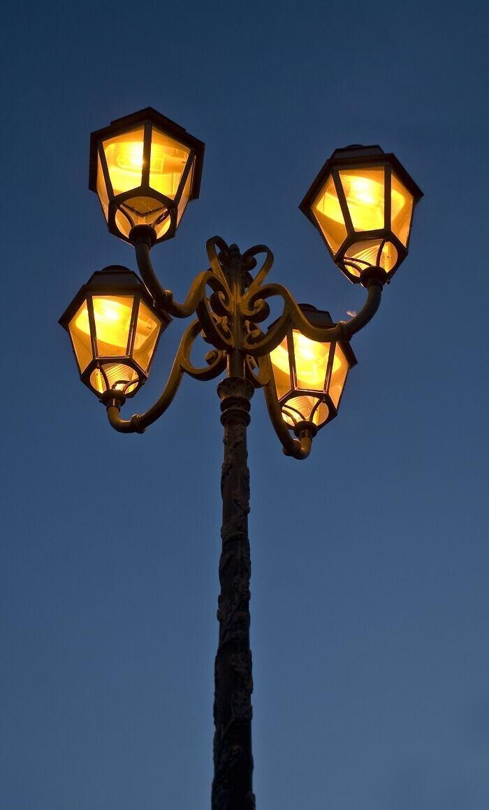 """""""Моя 22-летняя девушка выдала во время прогулки под уличными фонарями: """"Я только что поняла, что у нас есть две тени. Вторую видно только ночью!"""" Я объяснил, как тени зависят от источника света. На ее лице читалось напряжение от работы мозга"""""""