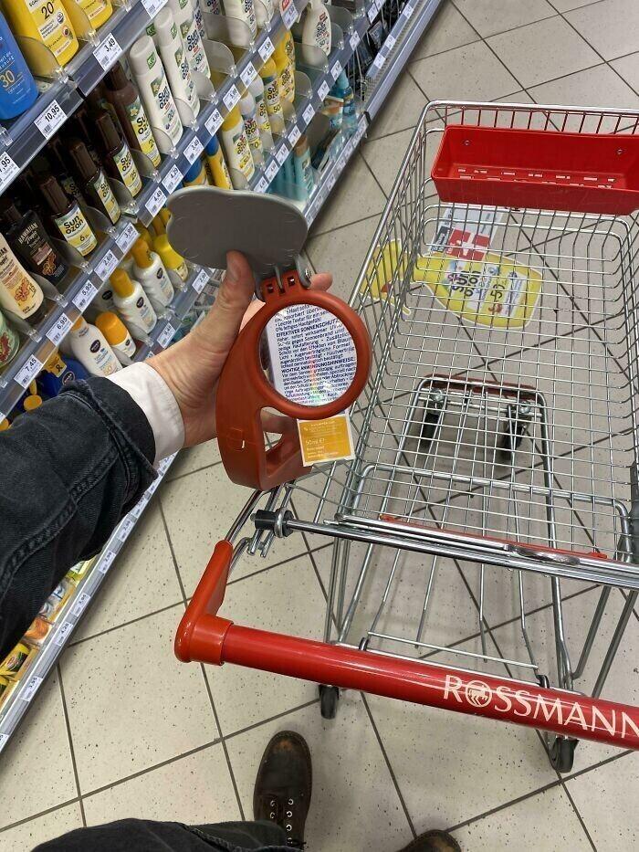 Тележка с увеличительным стеклом - слабовидящие пенсионеры смогут с его помощью рассмотреть цены и состав продуктов