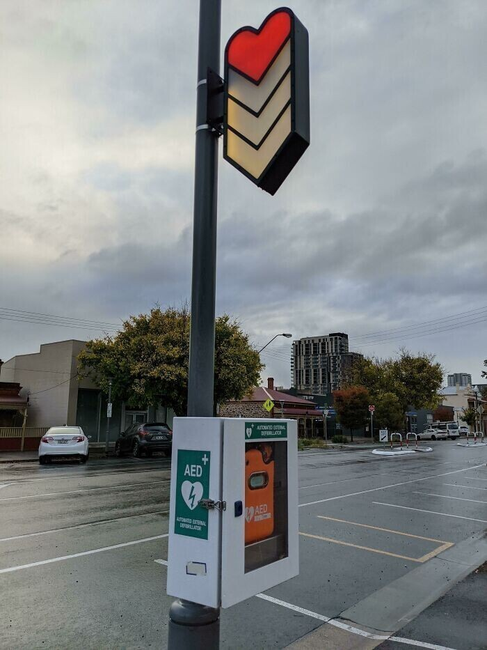 Общественные дефибрилляторы на гордской улице  обозначаются символом, которым в видеоиграх обозначается уровень здоровья