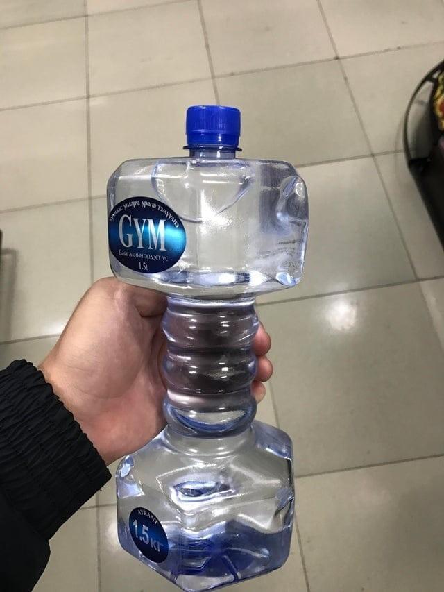 А как насчёт того, чтобы взять в тренажёрный зал бутылку с водой в форме гантели?