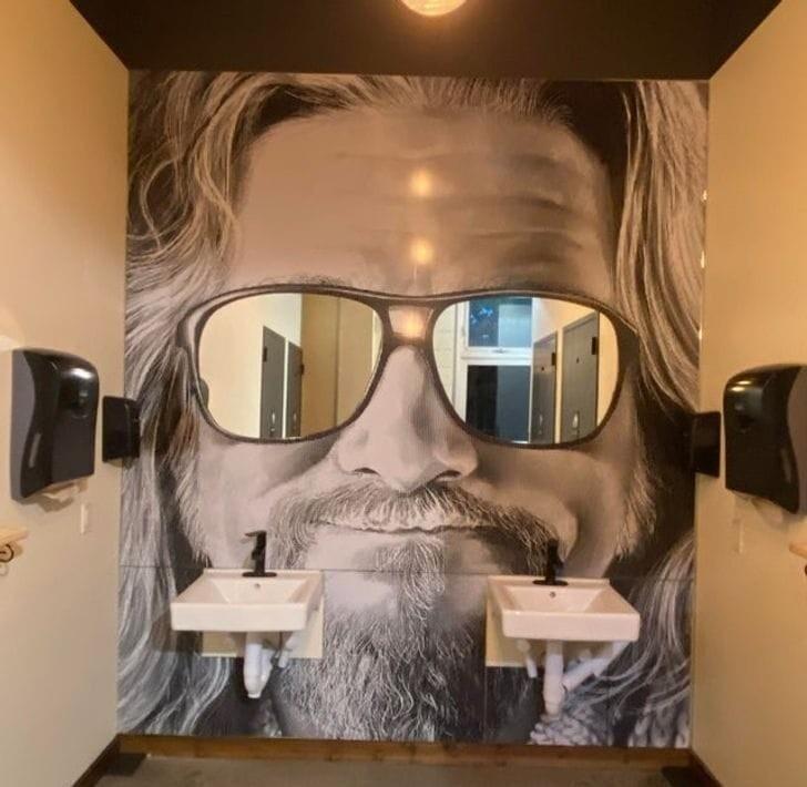 Всё гениальное просто: зеркала отлично вписались в потрет на стене