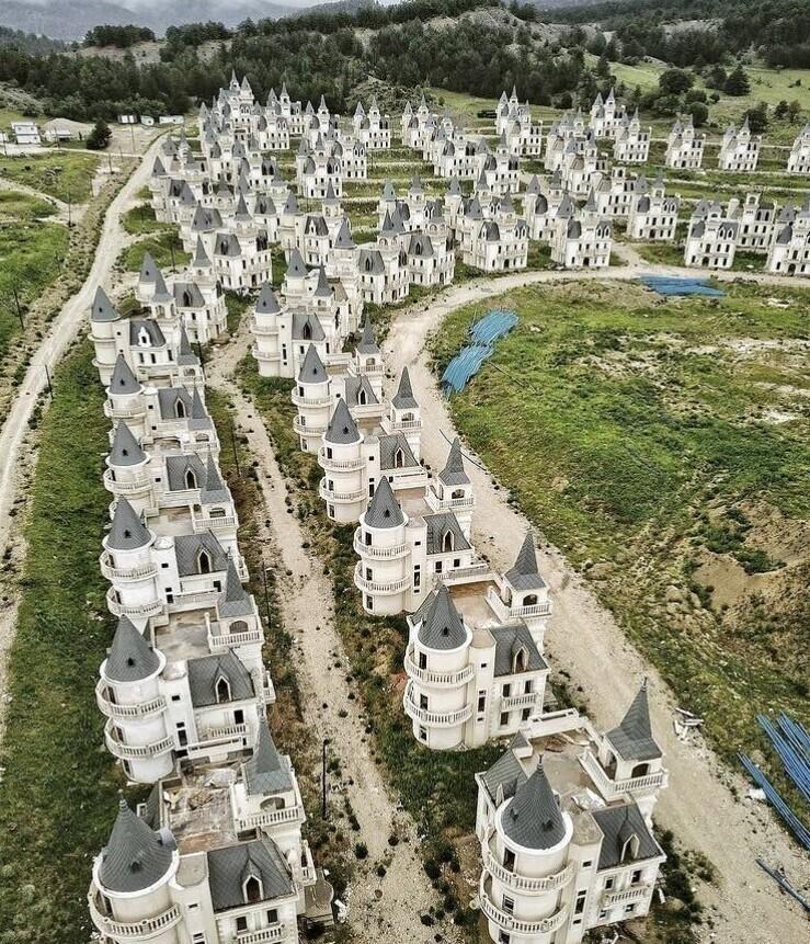 В результате отмены проекта, в Турции остались десятки заброшенных замков
