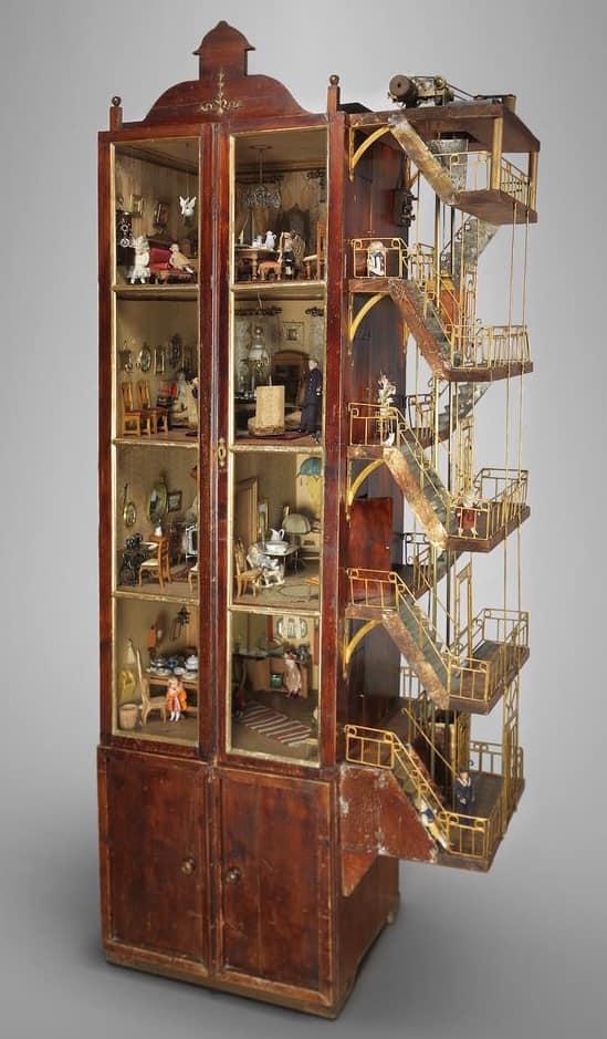Четырехэтажный шведский кукольный домик с работающим лифтом, сделанным из металлических внутренностей часов, и электрическим освещением во всех комнатах. Сделано в 1912 году