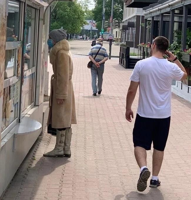 Хабаровск, июнь, дама выгуливает свою шубу