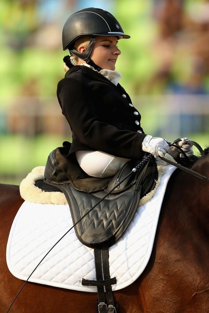 Стинна Лааструп из Дании - девушка без нижней половины тела - участвует в индивидуальном зачете чемпионата по конному спорту