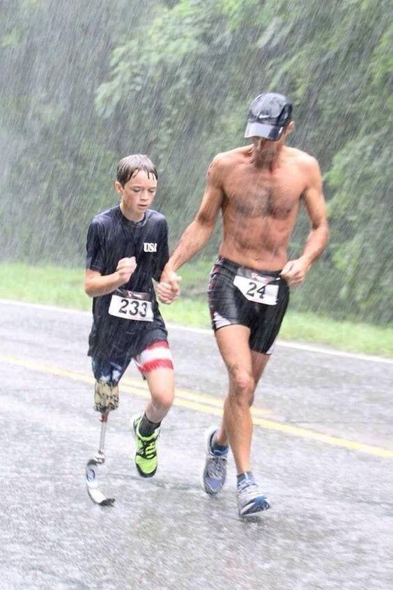 Отец поддерживает сына-инвалида на марафоне