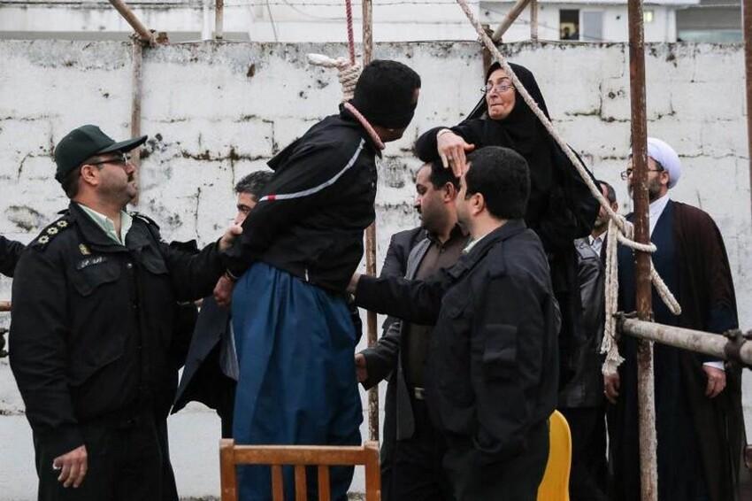 Мать парня, который был убит человеком в петле, прощает убийцу сына и избавляет его от смертной казни