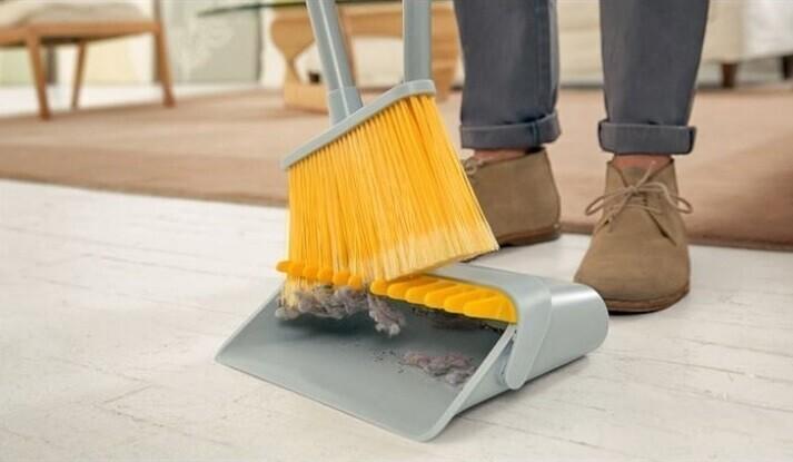 Совок с приспособлением для снятия пыли со щетки