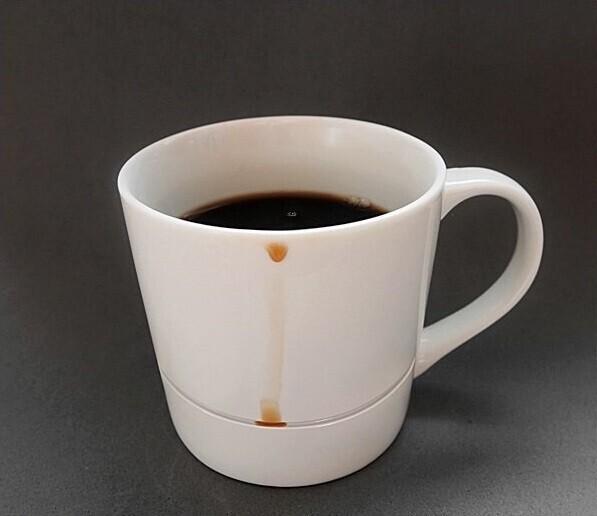 Чашка, с ободка которой ни капли не попадет на стол