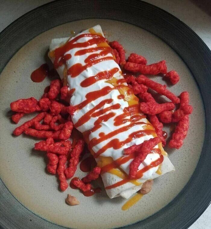 33. Буррито, тертый сыр, сметана, шрирача и пылающий горячий сыр