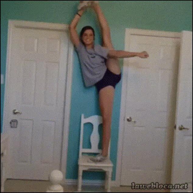 На стул гимнастка взгромоздясь...