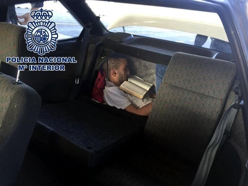 А этот еще и книжку читал, интеллектуал!