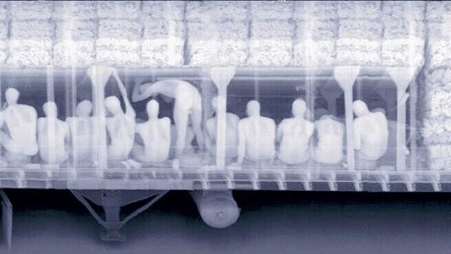 И уже много лет, на актуальных для мигрантов направлениях, стоят рентгеновские установки