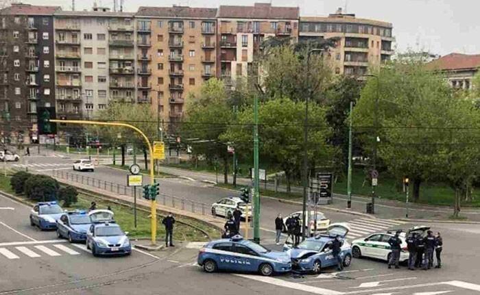36. Две полицейские машины умудрились врезаться друг в друга в Милане, где дороги пустуют из-за карантина