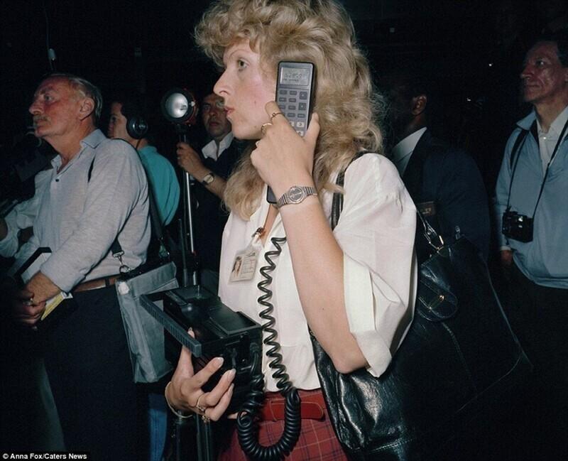 14. Женщина разговаривает по мобильному телефону в лондонском аэропорту Хитроу, 1980-е годы