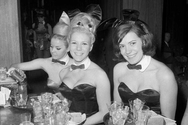 18. Подружки Playboy Элька Хеллманн, Моника Шаллер и Сабрина Шарф подают напитки в нью-йоркском Playboy Club, 1963 год