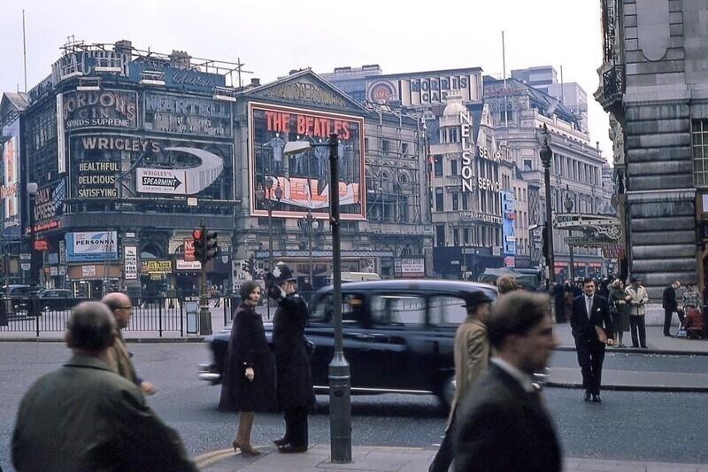 17. Полицейский помогает прохожим сориентироваться, Пикадилли-Серкус, Лондон, 1965 год