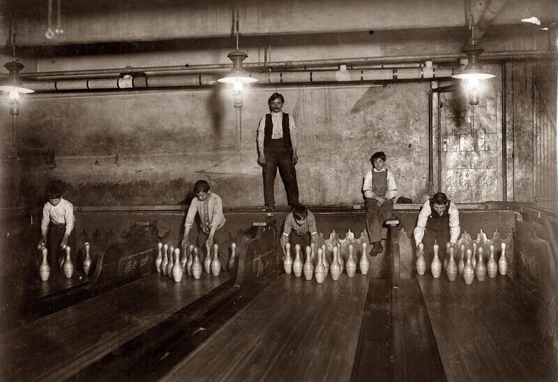 Мальчики, работающие расстановщиками кеглей в боулинге. Ночная смена, 1910 год