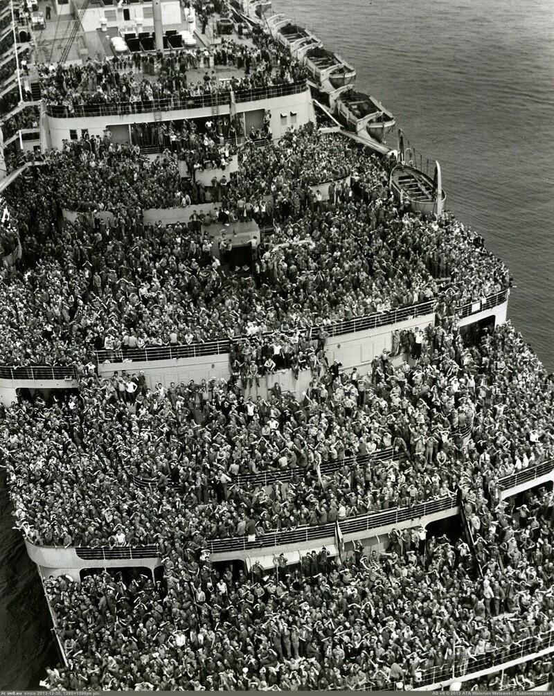 """Британский лайнер """"Куин Элизабет"""" с демобилизованными американскими военнослужащими входит в гавань Нью-Йорка, 1945 год"""