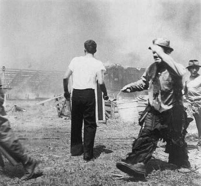"""""""Грустный клоун"""" Эммет Келли пытается помочь потушить пожар в цирке Хартфорд 6 июля 1944 года, унесший жизни 167 человек"""