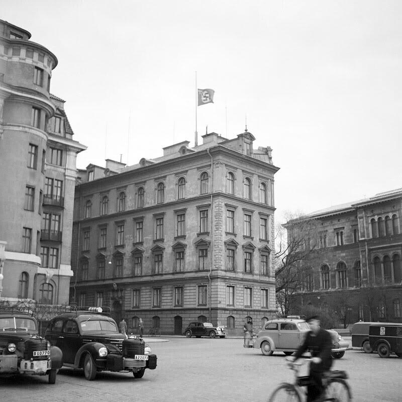 Посольство Германии в Швеции с приспущенным флагом Рейха, 30 апреля 1945 года, в день смерти Гитлера