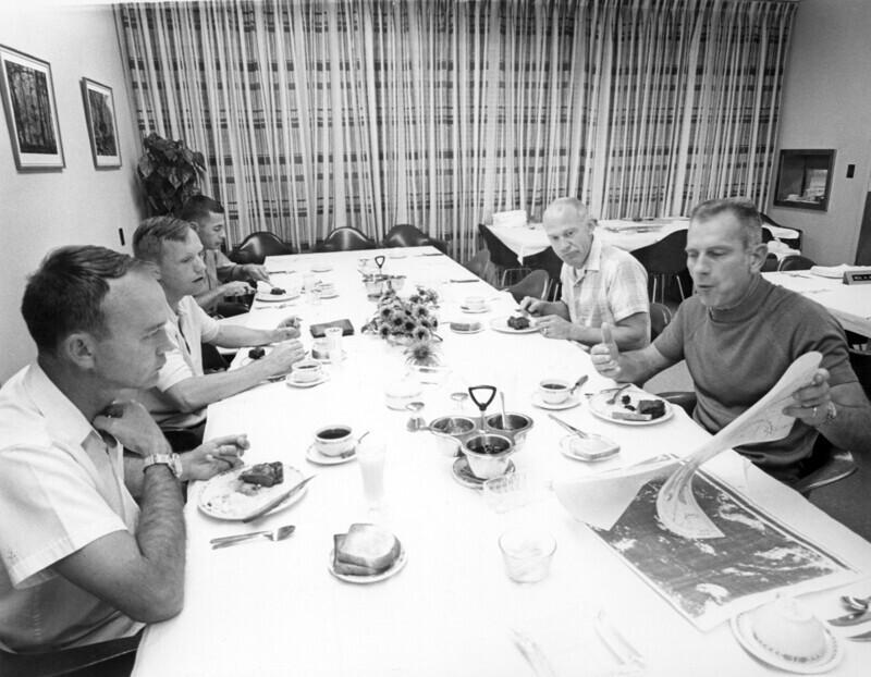 16 июля 1969 года, команда Аполлона-11 за трапезой перед полетом на Луну