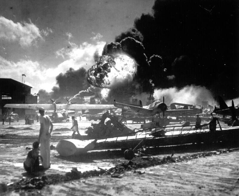 Американский эсминец USS Shaw во время налёта японской авиации в Пёрл-Харбор, 7 декабря 1941 года