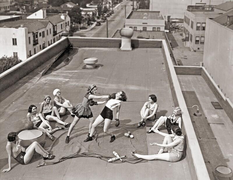 Женщины боксируют на крыше, 1930-е годы