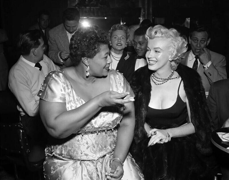 """Мэрилин Монро с Эллой Фитцджеральд в """"Мокамбо"""", популярным в свое время голливудском ночном клубе, 1955 год"""