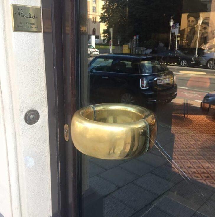 16. Ювелирный магазин с дверной ручкой в виде золотого кольца