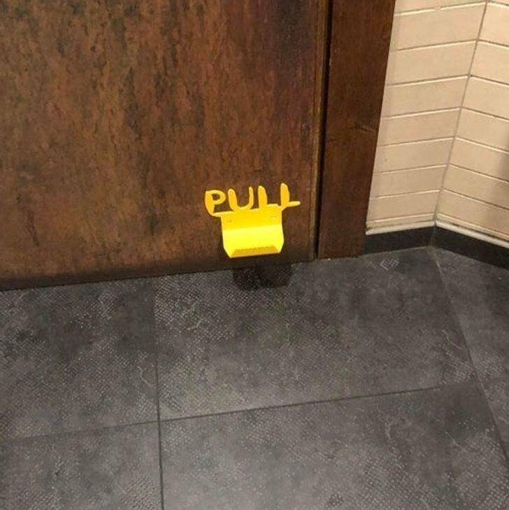3. И еще один безопасный способ открыть дверь в туалете, не прикасаясь к ручке