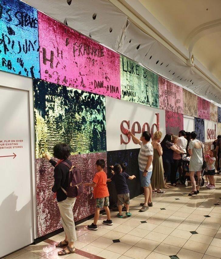1. Стена с пайетками в торговом центре, где каждый желающий может оставить сообщение
