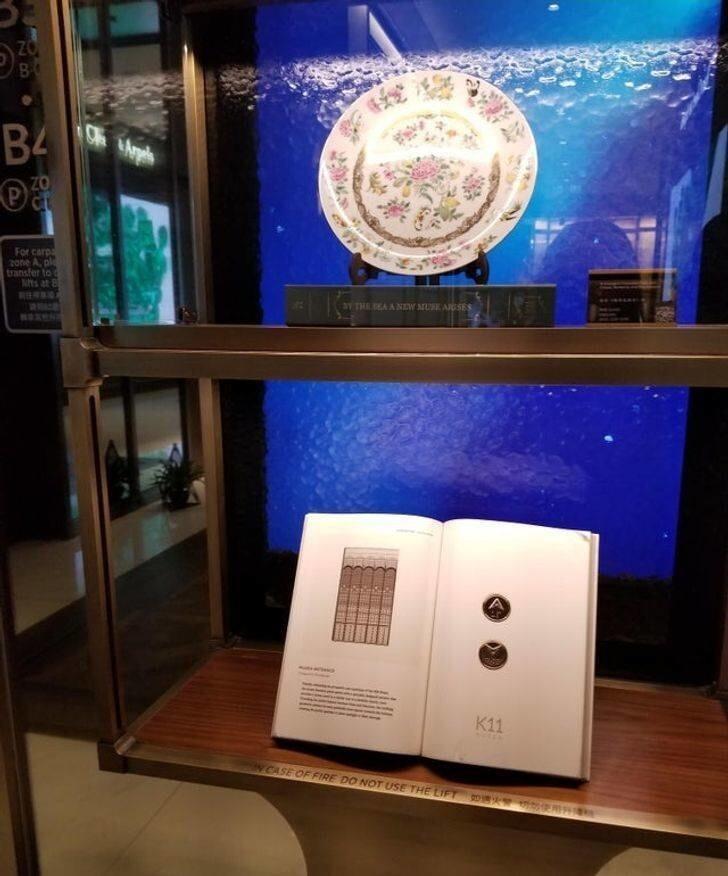 18. Кнопки лифта в торговом центре установлены внутри книги на дисплее