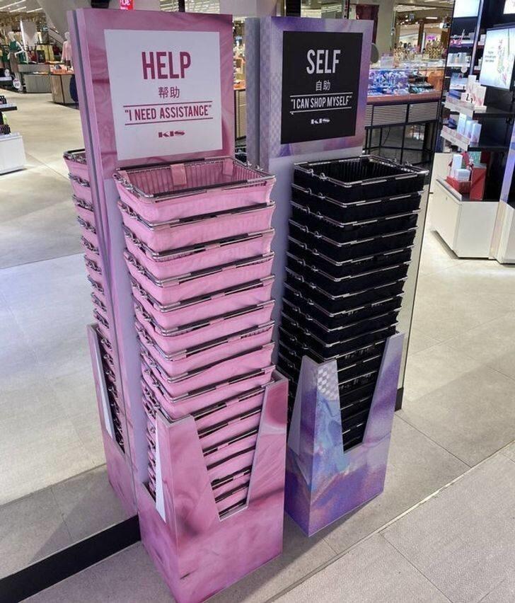 22. Магазин в Бангкоке: розовая корзина для покупателей, которым нужна консультация, и черная для тех, кто не хочет, чтобы к ним приставали