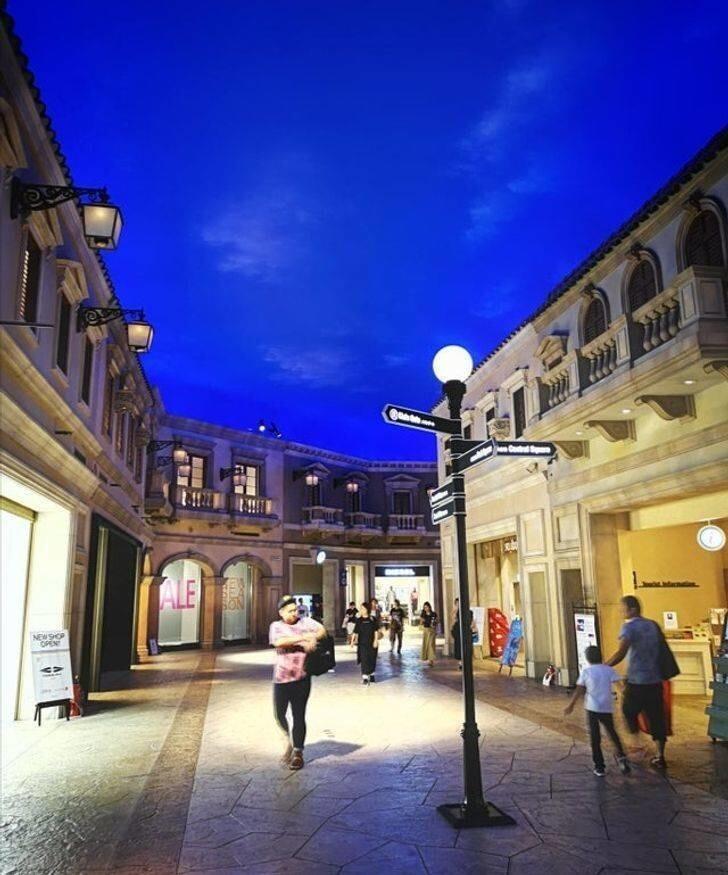 28. Этот торговый центр в Токио похож на город в Италии, хотя находится внутри здания