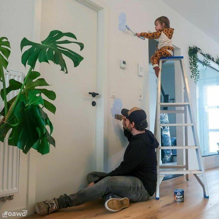 Папа боится высоты, так что детям приходится идти на помощь